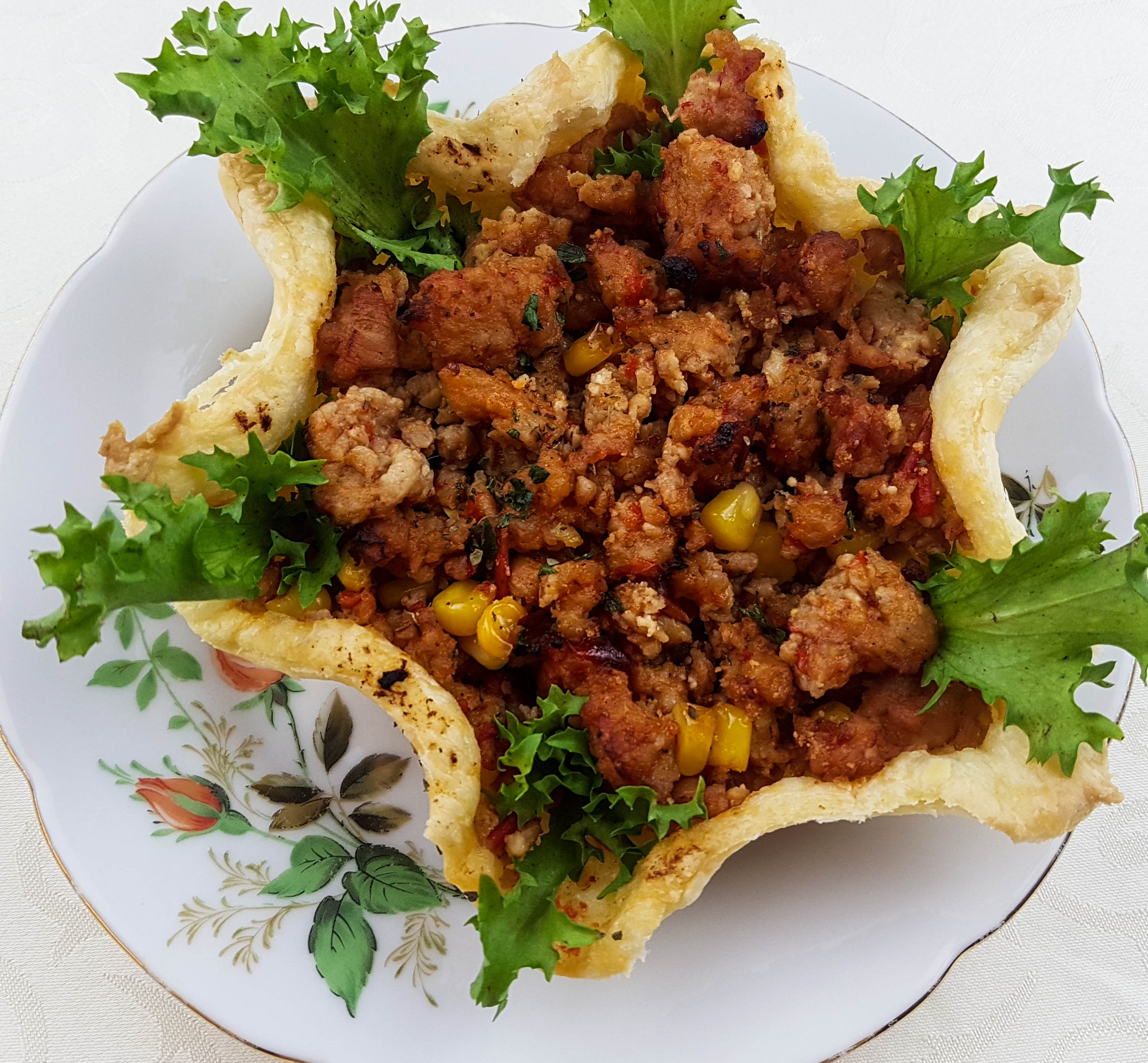 Minced chicken in puff pastry baskets